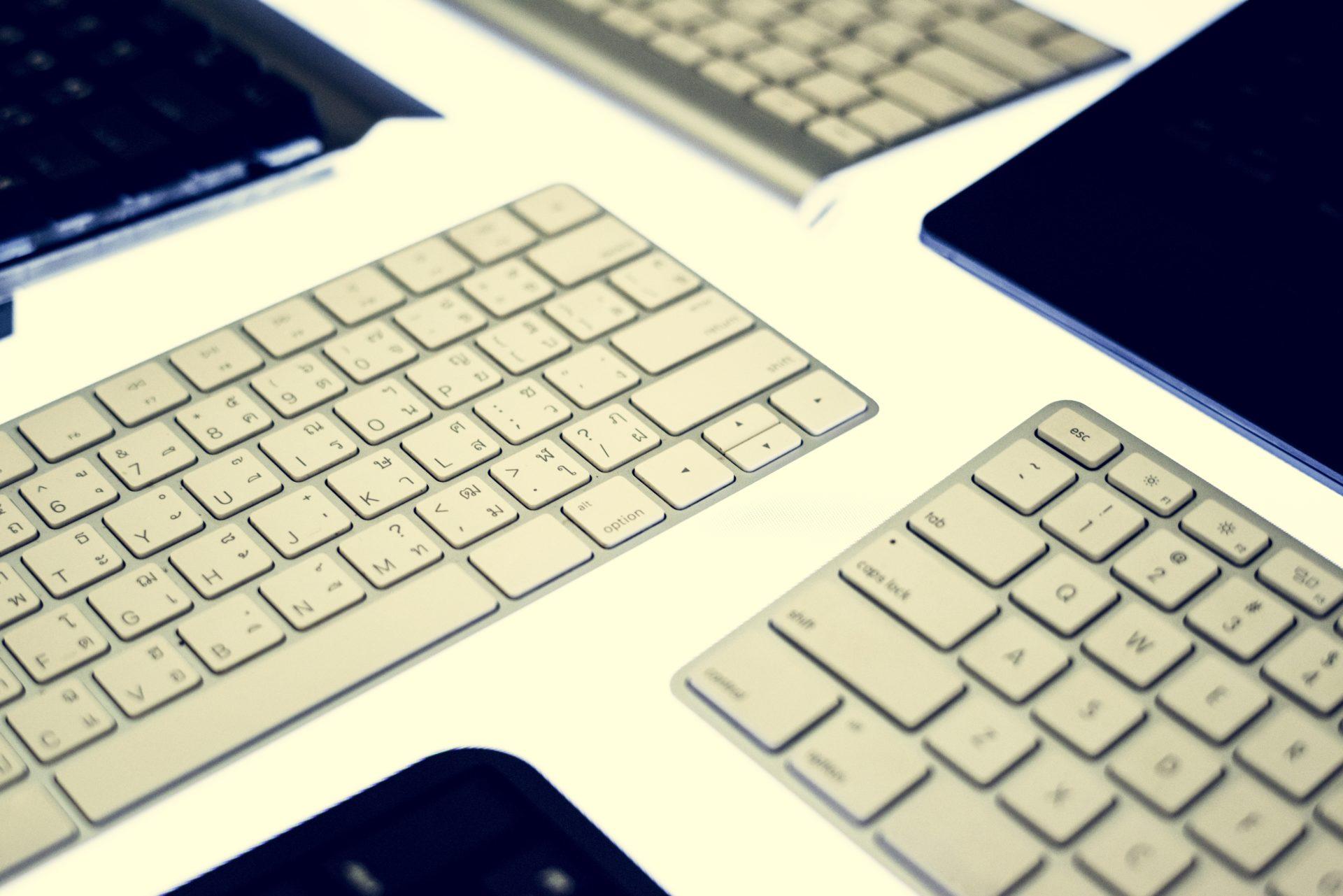 プログラミング開発には、英語配列のキーボードが圧倒的におすすめです。ここでは、その利点とREALFORCEの利点について紹介します。